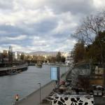 De kleine Donau in het centrum. De heuvels op de achtergrond worden deels voor wijnbouw gebruikt.