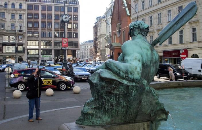 'n Mooie fontein op de mooie Neuer Markt - maar waarom dat asfalt en die auto's?
