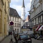 Doorkijkje naar de gotische toren van de Michaelerkirche.