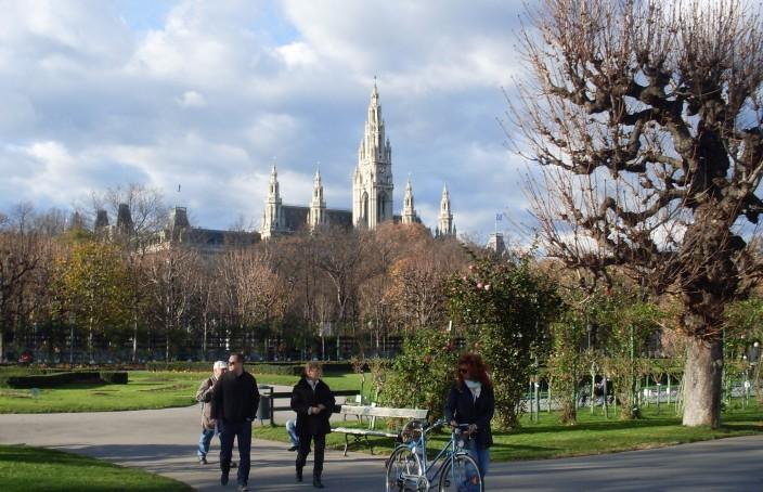 De groene ring rondom het oude centrum staat vol grootse gebouwen, zoals het Rathaus.