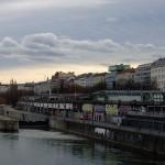 Sierlijke graffiti langs de kleine Donau.